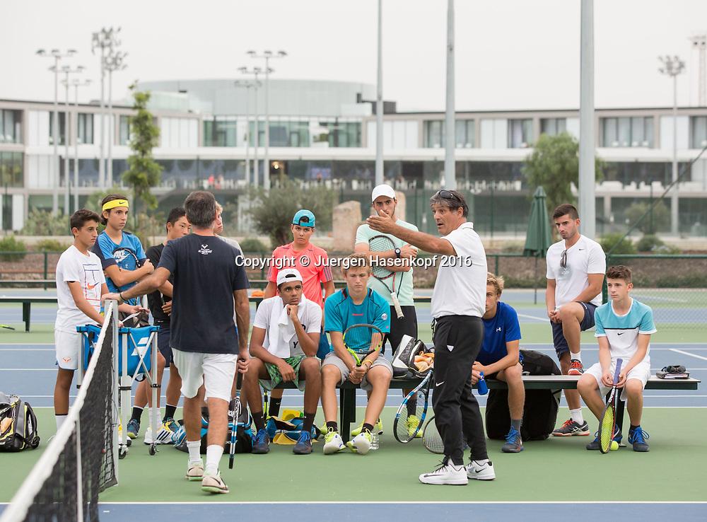 Rafa Nadal Academy in Manacor, Mallorca, Toni Nadal redet mit Schuelern nach dem Training,<br /> <br /> <br />  - Rafa Nadal Academy -  -  Rafa Nadal Academy - Manacor - Mallorca - Spanien  - 25 October 2016. <br /> &copy; Juergen Hasenkopf