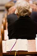 Een kerkboek ligt open op het negende eucharistisch gebed 6. Op zondag 31 oktober is in de Getrudiskathedraal in Utrecht  Annemieke Duurkoop als eerste vrouwelijke plebaan van Nederland geïnstalleerd. Duurkoop wordt de nieuwe pastoor van de Utrechtse parochie van de Oud-Katholieke Kerk (OKK), deze kerk heeft geen band met het Vaticaan. Een plebaan is een pastoor van een kathedrale kerk, die eindverantwoordelijk is voor een parochie. Eerder waren bij de OKK al twee vrouwelijk priesters geïnstalleerd, maar die zijn geen plebaan.<br /> <br /> A church book. At the St Getrudiscathedral in Utrecht the first female dean of the Old-Catholic Church (OKK), Annemieke Duurkoop, is installed together with a new pastor Bernd Wallet. The church has no connections with the Vatican.