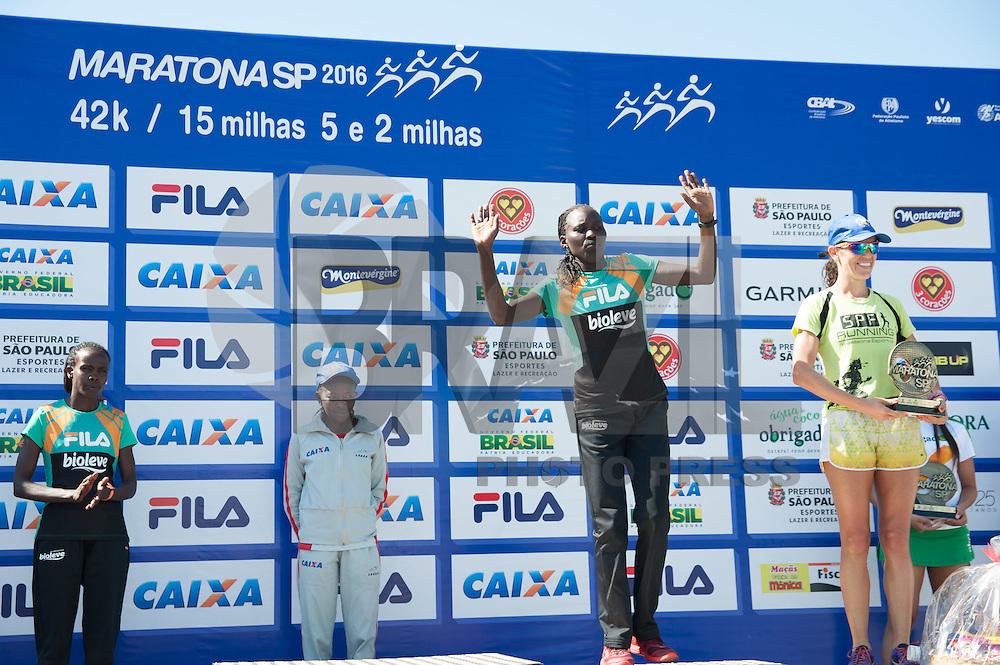SÃO PAULO,SP, 24.04.2016 - MARATONA-SP - Carolyne Chemutai Komen, terceiro lugar feminino, durante a premiação na Maratona Internacional de São Paulo na região do parque do Ibirapuera na região sul de São Paulo neste domingo, 24. (Foto: Rogerio Gomes/Brazil Photo Press)