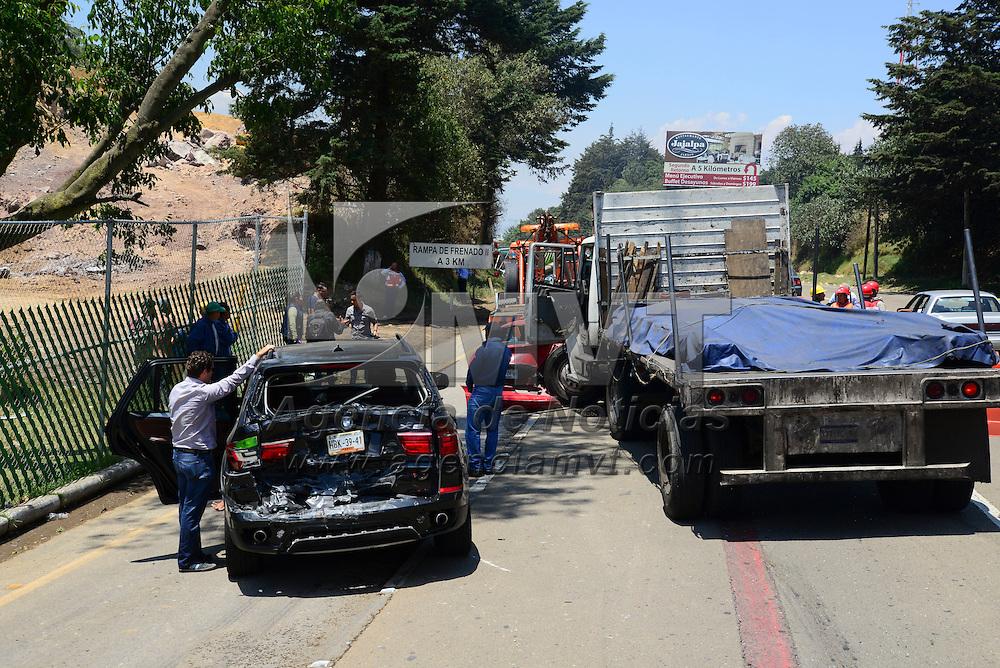 Ocoyoacac, México.- Un camión que transportaba 11 toneladas de acero se quedo sin frenos en el kilómetro 41 de la carretera México-Toluca, llevándose a 8 vehículos que circulaban en la misma, solo una persona resulto lesionada; la circulación en la zona fue lenta. Agencia MVT / Crisanta Espinosa