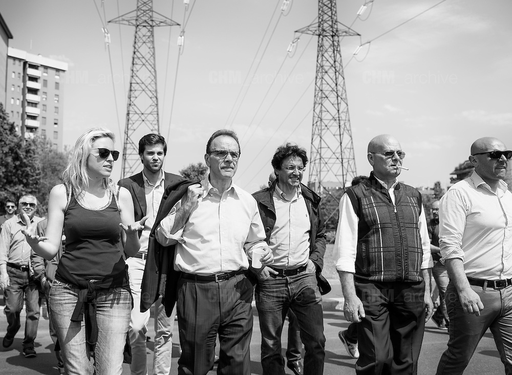 Stefano Parisi, candidato alle elezioni per il sindaco di Milano del centrodestra, durante un sopralluogo al quartiere Adriano. Milano, 7 maggio 2016. Guido Montani / OneShot