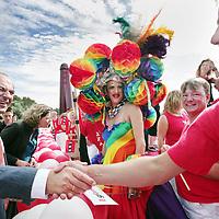 Nederland, Amsterdam , 1 augustus 2009..Moslims op barricade voor homo's..Kami-Kazi en Rachid Larouz treden op tijdens de openingsceremonie van de Gay Pride en Slotervaartjongens voetballen tegen homo's..Marcouch roept op: Oook hetero's en moslims moeten homo's helpen..Het gaat om de menswaardigheid..op 29 juli is in sportpark Sloten een voetbalwedstrijd tussen homo's en slotervaartjongens. Na de wedstrijd is er een halal babecue en een optreden van homo mannenkoor Manoeuvre..Op 1 augustus (zie foto) start de botenparade in slotervaart met een openingsceremonie..Cabaretier Rachid Larouz maakt sketches over het homobeleid en Kami-Kazi rapt over het homoverdriet in Nieuw West..Op de foto schudt de Amsterdamse burgemeester Job Cohen de hand van een homo die net van de Gay Parade openings van boord stapt voor de ceremonie. Op de achtergrond Wethoudster Caroline Gehrels.Foto:Jean-Pierre Jans