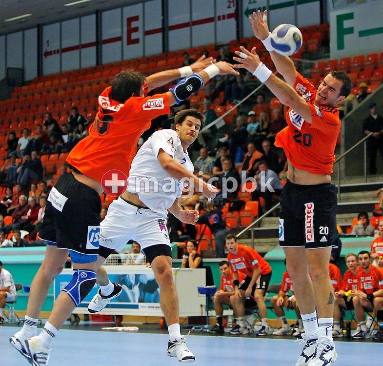 Ademar Leon's Tonci VALCIC (C) scores against Kadetten SH GCZ's Severin Bruengger (L) and Rares Jurca (R) during the men's Champions League handball match between Kadetten SH GCZ and C.BM. Ademar Leon in Zurich, Switzerland, Saturday, Oct. 6, 2007. (Photo by Patrick B. Kraemer / MAGICPBK)
