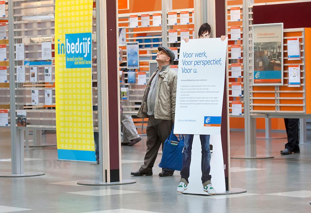 Nederland Rotterdam 26-03-2009 20090326 Foto: David Rozing ..Serie UWV, mannen bekijken vacatures, op de voorgrond bord voor werk, voor perspectief, voor u. UWV Werkbedrijf lokatie Schiekade centrum Rotterdam, de vroegere arbeidsbureaus ( CWI UWV ) De werkloosheid in Nederland begint op te lopen. Dat blijkt uit de jongste cijfers die het Centraal Bureau voor de Statistiek (CBS) de oorzaak is de krediet crisis Holland, The Netherlands, dutch, Pays Bas, Europe  , allochtoon, allochtone, man, allochtonen, , economische, financien, financiele, krimp, krimpen, nederlandse, economy, man, allochtone, allochtoon,  allochtonen..Foto: David Rozing