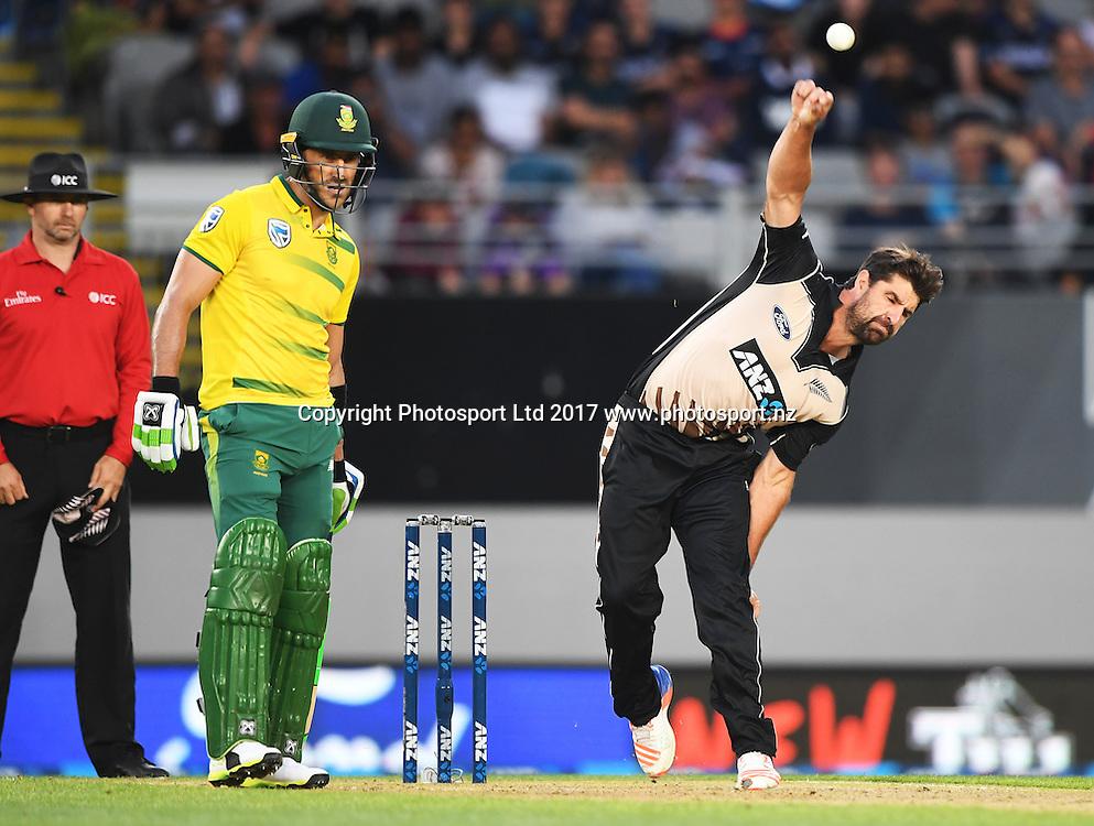 Colin de Grandhomme bowling. International Twenty20 Cricket. New Zealand Black Caps v South Africa, Eden Park, Auckland, New Zealand. Friday 17 February 2017 © Copyright photo: Andrew Cornaga / www.photosport.nz