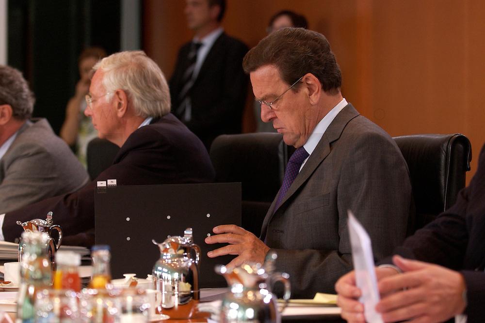 18 AUG 2004, BERLIN/GERMANY:<br /> Gerhard Schroeder, SPD, Bundeskanzler, liest am Kabinettstisch in Unterlagen, vor Beginn der Kabinettsitzung, Bundeskanzleramt<br /> IMAGE: 20040818-01-011<br /> KEYWORDS: Gerhard Schröder, Akte, AKten, papers