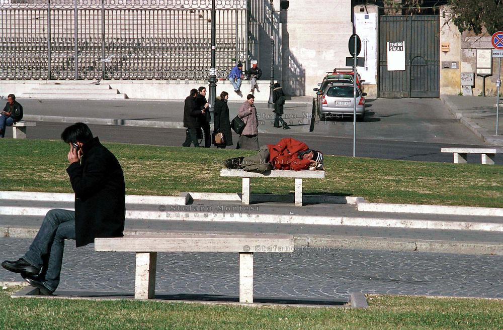 Roma  2004 .Piazza S.Giovanni.Senza fissa dimora dorme per la strada.Homeless sleeps on the street..