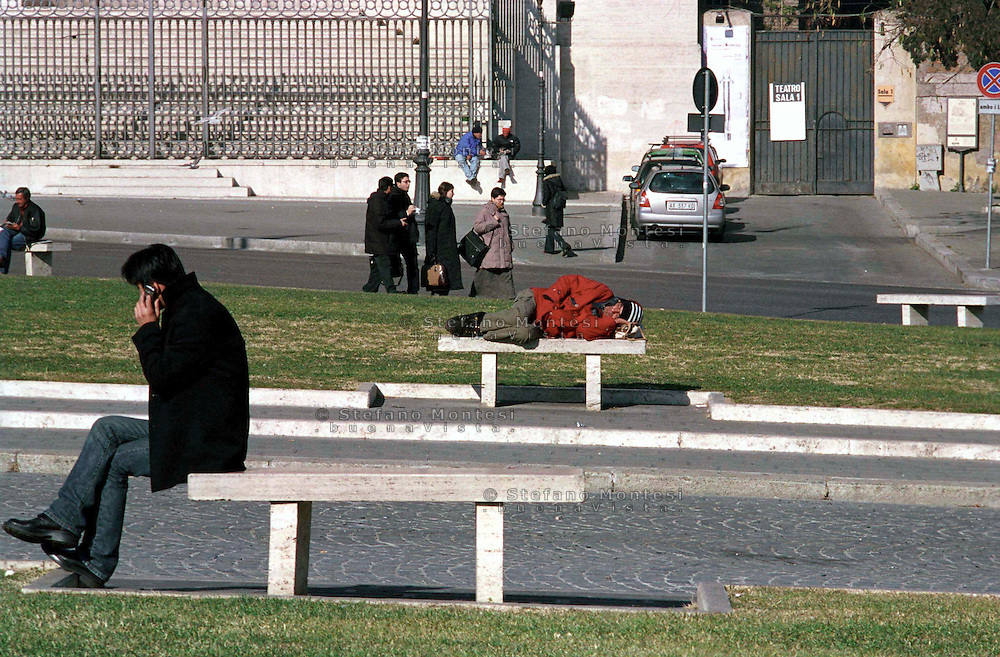Roma  2004 .Piazza S.Giovanni.Senza fissa dimora dorme per la strada.Homeless sleeps on the street..
