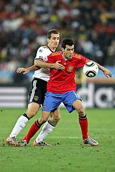 07-07-2010 VOETBAL: FIFA WORLDCUP 2010 SPANJE - DUITSLAND: DURBAN<br /> Halve finale WC 2010 - Spanje wint met 1-0 van Duitsland / Sergio Busquets of Spain and Miroslav Klose of Germany <br /> ©2010-FRH- NPH/ Kokenge (Netherlands only)