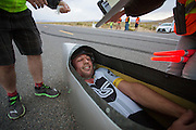 Gareth Hanks komt aan na de eerste avondrun. In Battle Mountain (Nevada) wordt ieder jaar de World Human Powered Speed Challenge gehouden. Tijdens deze wedstrijd wordt geprobeerd zo hard mogelijk te fietsen op pure menskracht. Het huidige record staat sinds 2015 op naam van de Canadees Todd Reichert die 139,45 km/h reed. De deelnemers bestaan zowel uit teams van universiteiten als uit hobbyisten. Met de gestroomlijnde fietsen willen ze laten zien wat mogelijk is met menskracht. De speciale ligfietsen kunnen gezien worden als de Formule 1 van het fietsen. De kennis die wordt opgedaan wordt ook gebruikt om duurzaam vervoer verder te ontwikkelen.<br /> <br /> In Battle Mountain (Nevada) each year the World Human Powered Speed ​​Challenge is held. During this race they try to ride on pure manpower as hard as possible. Since 2015 the Canadian Todd Reichert is record holder with a speed of 136,45 km/h. The participants consist of both teams from universities and from hobbyists. With the sleek bikes they want to show what is possible with human power. The special recumbent bicycles can be seen as the Formula 1 of the bicycle. The knowledge gained is also used to develop sustainable transport.