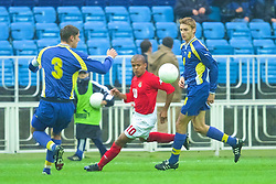 KIEV, UKRAINE - Tuesday, June 5, 2001: Wales' Robert Earnshaw gets in between Ukraine's Bogdan Shershun (left) and Viacheslav Svidersky during the Under-21 World Cup Qualifying match at the Dynamo Stadium. (Pic by David Rawcliffe/Propaganda)