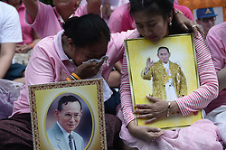 October 13, 2016 - Bangkok, Thailand - Thais react while they praying for Thai King Bhumibol Adulyadej at the Siriraj Hospital in Bangkok, Thailand on October 13, 2016. (Credit Image: © Wasawat Lukharang/NurPhoto via ZUMA Press)
