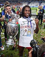 FUSSBALL EURO 2016 FINALE IN PARIS  Portugal - Frankreich          10.07.2016 Ehrenrunde: Renato Sanches (Portugal) jubelt mit dem Pokal