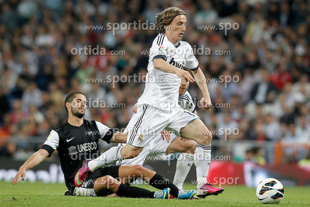 08.05.2013, Estadio Santiago Bernabeu, Madrid, ESP, Primera Division, Real Madrid vs FC Malaga, 36. Runde, im Bild Real Madrid's Luka Modric (r) and Malaga's Isco // during the Spanish Primera Division 36th round match between Real Madrid CF and Malaga FC at the Estadio Santiago Bernabeu, Madrid, Spain on 2013/05/08. EXPA Pictures © 2013, PhotoCredit: EXPA/ Alterphotos/ Acero..***** ATTENTION - OUT OF ESP and SUI *****