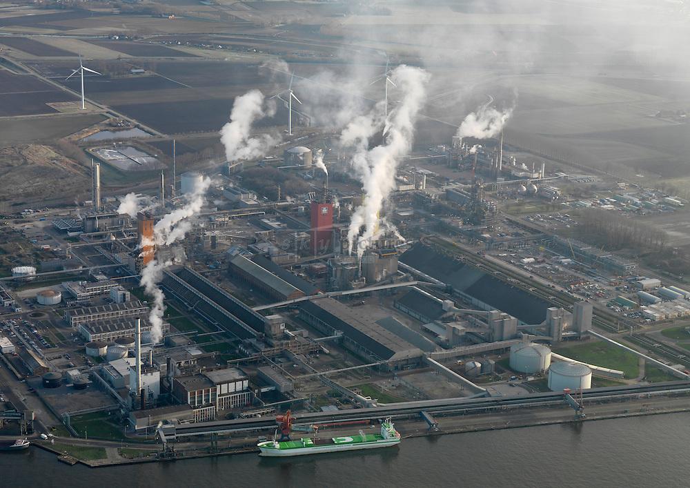 Uitstoot boven chemische fabriek van Yara in de kanaalzone tussen Terneuzen en Gent
