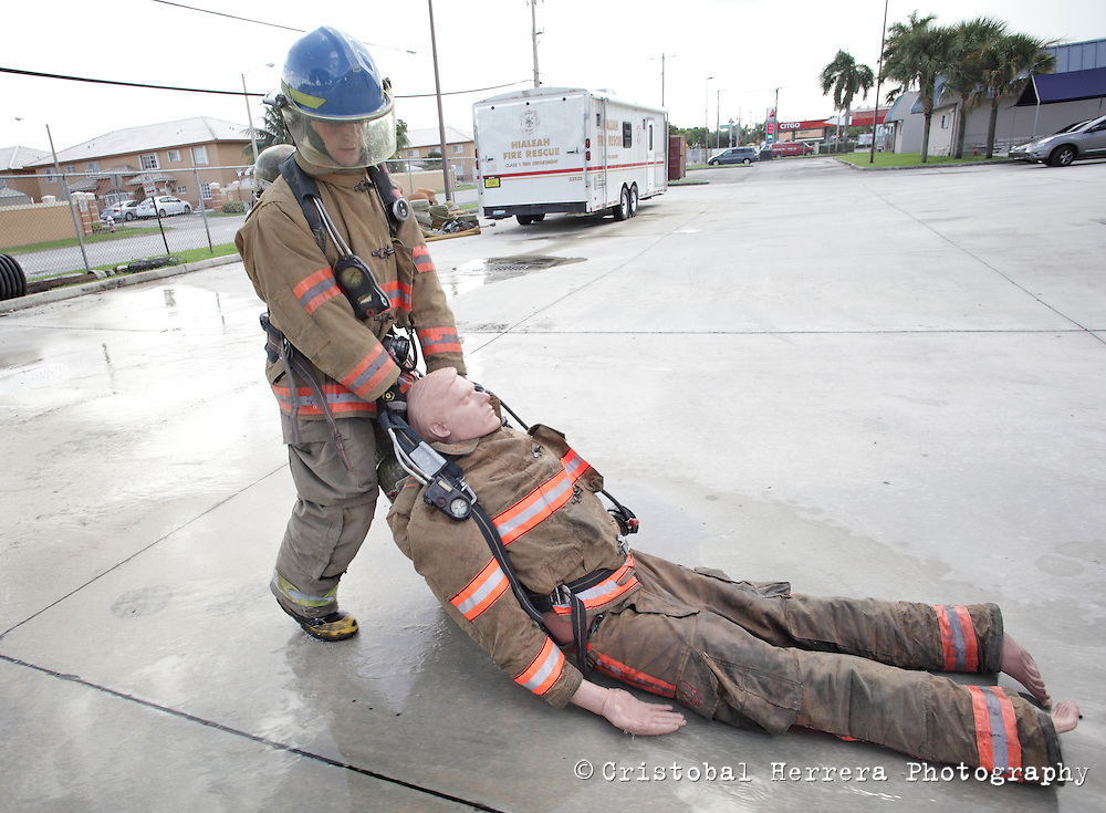 (CH)fl-bomberos-escuela-CHi--Firefights and students during their training session at City of Hialeah Firefighters Department, station number 7 on August 16, 2012.  Staff photo/Cristobal Herrera Hialeah News