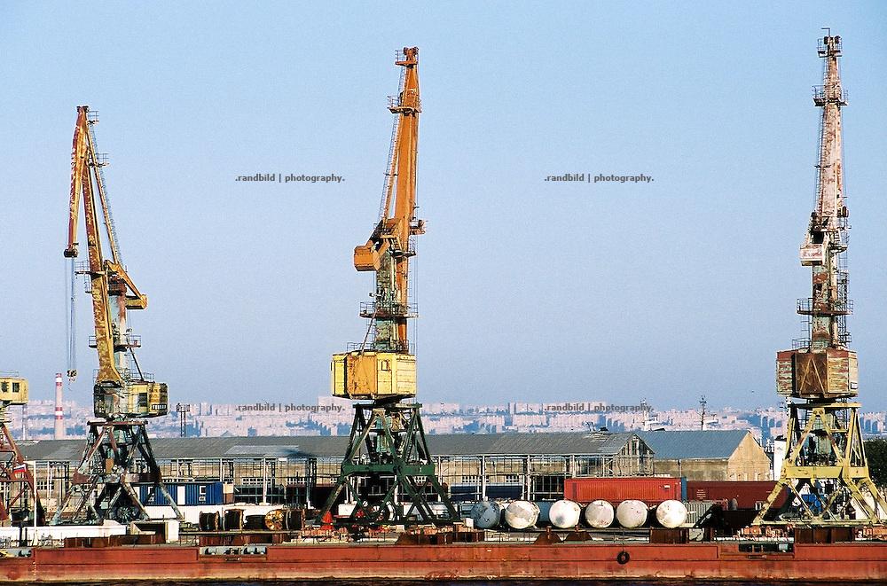 Die veralteten Anlagen des Hafens der aserbaidschanischen Hauptstadt Baku. Some old cranes in the Port of Baku, Aserbaijan