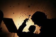 Jeudi noir. 25112006. Paris 17&egrave;me. Actions dans plusieurs agences immobili&egrave;res. <br /> <br /> Le collectif Jeudi Noir se bat contre les prix &eacute;lev&eacute;s de l&rsquo;immobilier pour les jeunes et les bas salaires. Depuis fin octobre 2006, Jeudi noir s&rsquo;invite lors de visite d&rsquo;appartement en location, &agrave; la vente, dans les agences immobili&egrave;res ou chez des vendeurs de liste pour y faire la f&ecirc;te et revendiquer un &eacute;clatement de la bulle immobili&egrave;re et un interventionnisme de l&rsquo;&Eacute;tat pour r&eacute;guler le march&eacute; immobilier.  Le 31 d&eacute;cembre 2006, le collectif entame une occupation d&rsquo;un immeuble vide, appartenant &agrave; une banque, pr&egrave;s de la place de la Bourse &agrave; Paris, avec les associations Macaq et le DAL, baptis&eacute; le &laquo;minist&egrave;re de la crise du logement &raquo; et qui vise &agrave; &ecirc;tre un lieu de ressource et d&rsquo;&eacute;change sur la crise du logement en France, et &agrave; installer le sujet dans la campagne pr&eacute;sidentielle 2007. S&eacute;rie en cours&hellip;