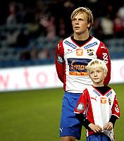 Fotball<br /> Tippeligaen Eliteserien<br /> 26.10.08<br /> Ullevaal Stadion<br /> FC Lyn Oslo - Aalesund AaFK<br /> Kim Holmen med maskot<br /> Foto - Kasper Wikestad