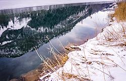 THEMENBILD - Winterlandschaft spiegelt sich an der Wasseroberflaeche am Ufer des Klammsees, aufgenommen am 06. Februar 2019 in Kaprun, Oesterreich // Winter landscape reflected on the water surface on the shore of the Klammsee lake in Kaprun, Austria on 2019/02/06. EXPA Pictures © 2019, PhotoCredit: EXPA/ JFK
