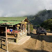 Puesto de venta de dulces y fresas en carretera, Galipán, Estado Vargas, Venezuela.