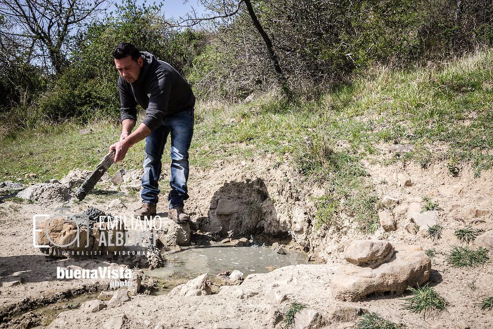Montemurro, Basilicata, Italia, 04/04/2016. <br /> Pasquale Romanella mostra il punto, nel terreno di sua propriet&agrave;, dove ha individuato fuoriuscite di &quot;fango&quot; nero dall'odore acre. Il terreno &egrave; in Contrada La Rossa, a pochi chilometri da Montemurro, area di perforazione dell&rsquo;Eni, in Val d&rsquo;Agri. In particolare siamo a due chilometri dal pozzo di reiniezione  Costa Molina 2, messo sotto sequestro dai carabinieri del Noe di Potenza il 31 marzo scorso.<br /> <br /> Montemurro, Basilicata, Italy, 04/04/2016. <br /> Pasquale Romanella shows the point where it comes out the &quot;mud&quot;: muddy material with acrid smell of sulfur. The land is in La Rossa district, few kilometers far from Montemurro, an area where Eni extracts petroleum, in Val d&rsquo;Agri in Basilicata region. Specifically we are only two kilometers from Costa Molina 2 reinjection well, impounded on 31 March by the Environmental Special Corps of Carabinieri in Potenza.