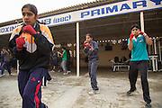 Trois jeunes filles pendant un moment de l'entraînement de l'après midi dans la cour du BBC (Bhiwani Boxing Club) complexe.