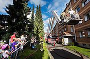 OSLO 2016-09-08: Brannøvelse i Akerlia borettslag på Grorud i anledning brannvernuken. Fra 1 januar 2016 ble det obligatorisk med brannøvelser også i borettslag. Justisminister Anders Anundsen og direktør i If skadeforsirking, Ottar Sefland, stiller som markører som blir reddet ut av Oslo brannvesen fra en røykfylt blokkleilighet. FOTO: WERNERJUVIK