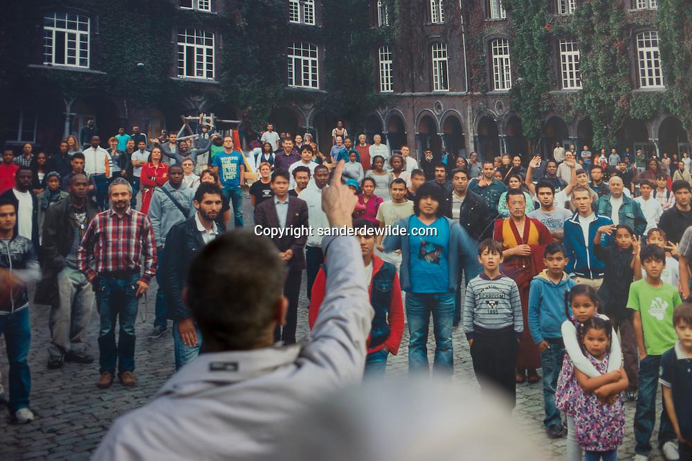 Brussel 11-11-2011 Fedasil opvang in Klein Kasteeltje asielzoekers bestaat 25 jaar.De rondleiding brengt ons langs het kunstwerk aan de buitenmuur van fotograaf  Hans Roels. In de eerste nacht dat het hangt is het al bekrast door vandalen.