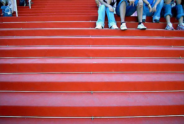 Frankrijk, Cannes, 30-8-2006..Mensen, toeristen zitten op de beroemde rode loper van het theater waar het filmfestival elk jaar plaatsvindt..Foto: Flip Franssen/Hollandse Hoogte