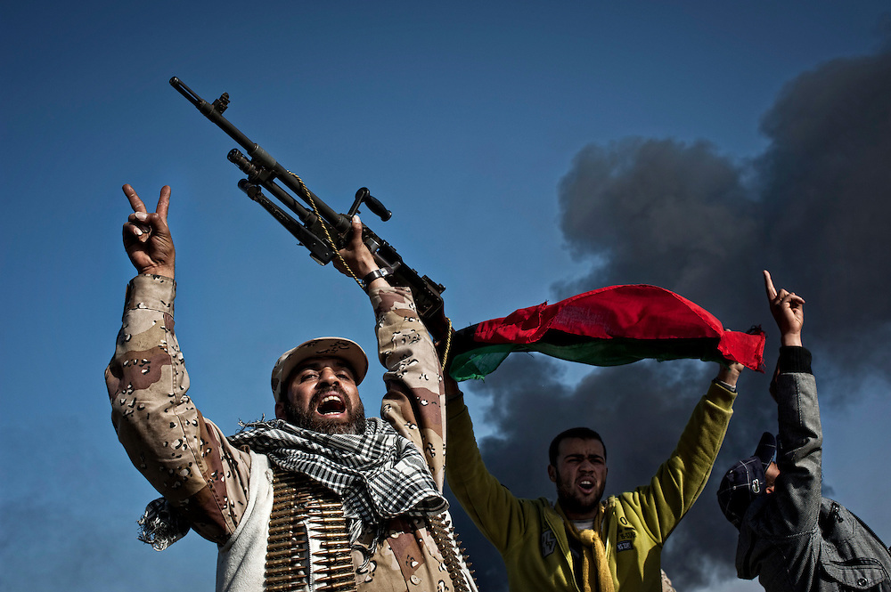 Libye - Ras Lanouf le 11-03-10 Les insurgés battent en retraite. les troupes de Khadafi prennent le contrôle de cette position stratégique après une intensification des combats
