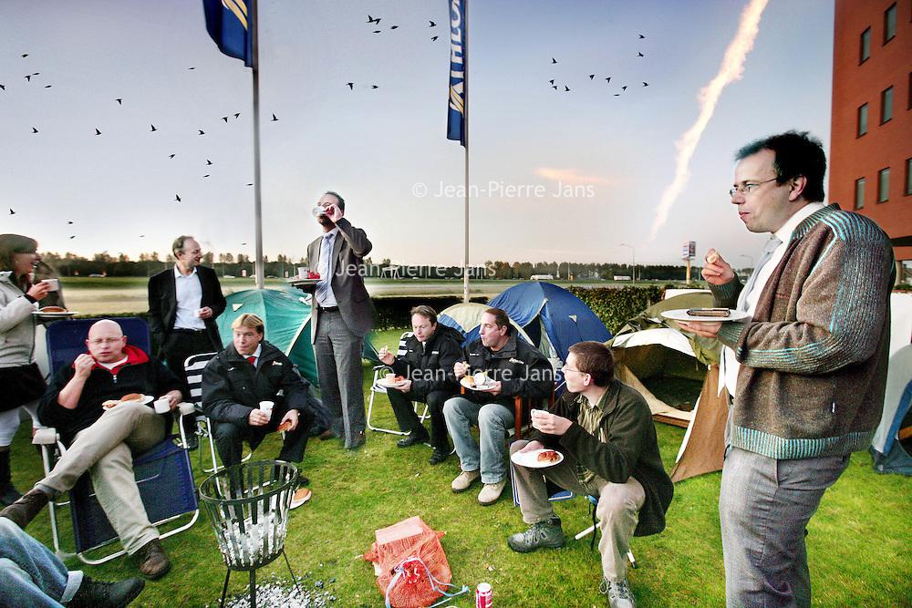 Nederland, Almere,9 oktober 2008..Personeel van Athlon carlease geniet s'ochtends vroeg van het ontbijt na 1 nacht te hebben doorgebracht in tenten op het terrein van Athlon als ludieke actie tijdens de File vrije donderdag.