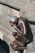 eiserne Skulptur eines Affen am Rathaus, Glücksbringer, Grand Place, Mons, Hennegau, Wallonie, Belgien, Europa | iron monkey in front of guild hall, Grand Place, Mons, Hennegau, Wallonie, Belgium, Europe