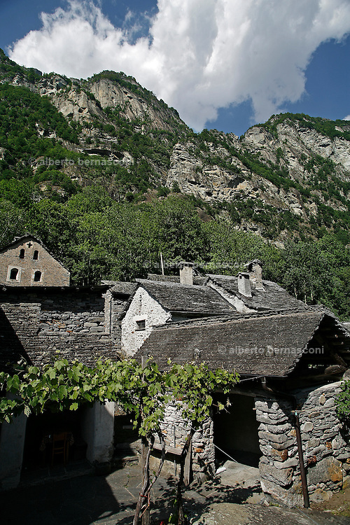 Svizzera, Val Bavona, Sonlerto. caratteristico paese in pietra.........Switzerland,  Canton Ticino: Bavona valley, Sonlerto, characteristic old stone village Lake Maggiore and its valleys are alpine landscapes that merge into typically Mediterranean scenery, where popular traditions are combined with internationally renowned events, and villages, in which time seems to have stood still, peep down from their lofty peaks on towns that are looking to the future. Fascinating contrasts that make this a unique region
