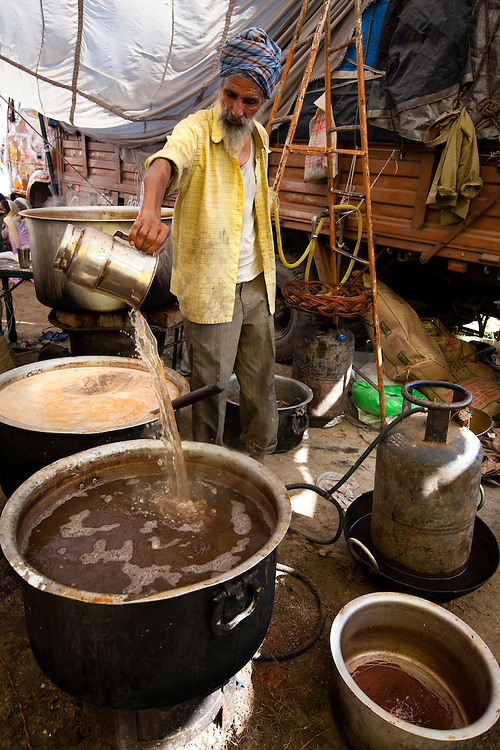 A Sikh cook preparing chai for the pilgrims.<br />