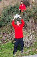ESTEPONA - 05-01-2016, AZ in Spanje 5 januari, AZ trainer John van den Brom heeft de bal gevonden, Robert Eenhoorn.