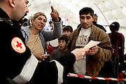 ROMA. UNA FAMIGLIA ROM CHIEDE INFORMAZIONI AD UN MEDICO DELLA CROCE ROSSA