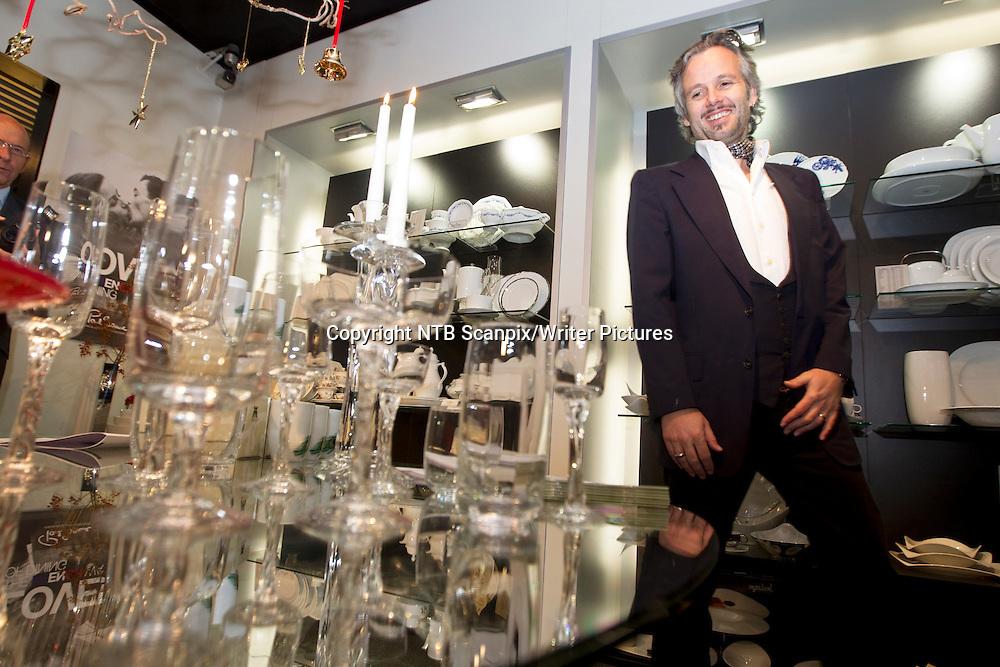 Oslo  20101119. Forfatter Ari Behn signerte fredag sin nye glasskunst han har designet i sammarbeid med Magnor Glassverk. De har designet krystallglassene &quot;Peacock&quot; og kuntglasserien &quot;Hjerte&quot;.<br /> Foto: Morten Holm / Scanpix<br /> <br /> NTB Scanpix/Writer Pictures<br /> <br /> WORLD RIGHTS, DIRECT SALES ONLY, NO AGENCY