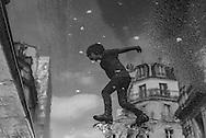 Little boy play in le Marais .Paris / Un petit garçon joue dans les rues du marais. saut dans une flaque d eau