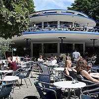 Nederland, Amsterdam , 19 juli 2010..Terras van het Blauwe theehuis in het vondelpark.The sunniest terraces of Amsterdam