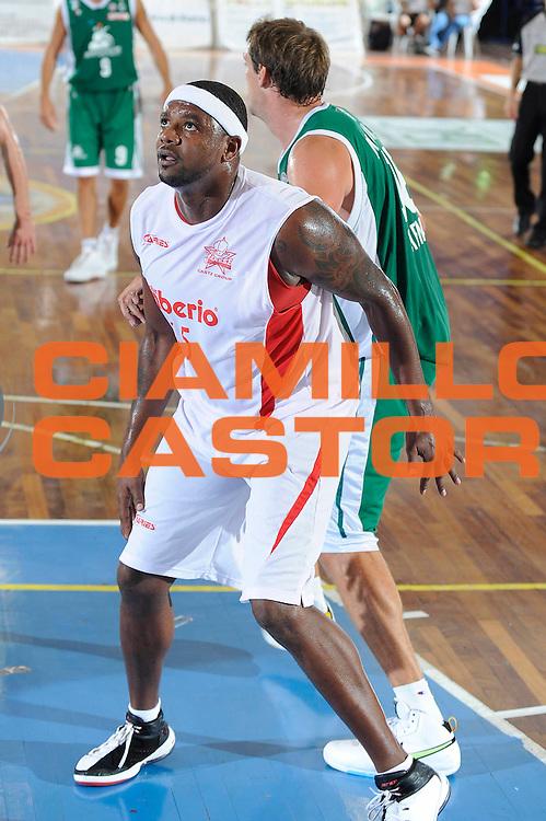DESCRIZIONE : Castelfiorentino Lega A 2009-10 Basket Torneo V. Martini Montepaschi Siena Cimberio Pallacanestro Varese<br /> GIOCATORE : Ronald Slay<br /> SQUADRA : Cimberio Pallacanestro Varese<br /> EVENTO : Campionato Lega A 2009-2010 <br /> GARA : Montepaschi Siena Cimberio Pallacanestro Varese<br /> DATA : 12/09/2009<br /> CATEGORIA : difesa<br /> SPORT : Pallacanestro <br /> AUTORE : Agenzia Ciamillo-Castoria/G.Ciamillo