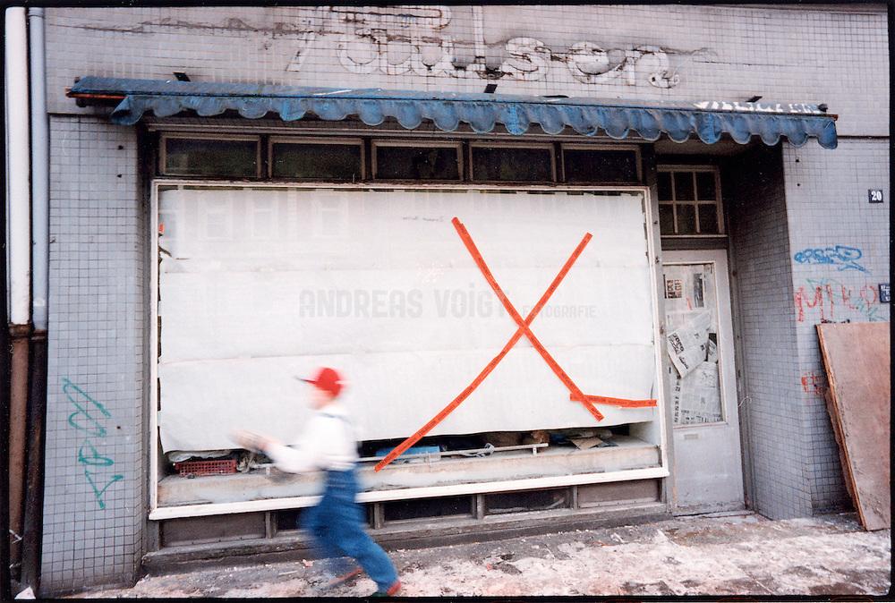 Schaufenster der geschlossenen Drogerie Pausen im Schanzenviertel