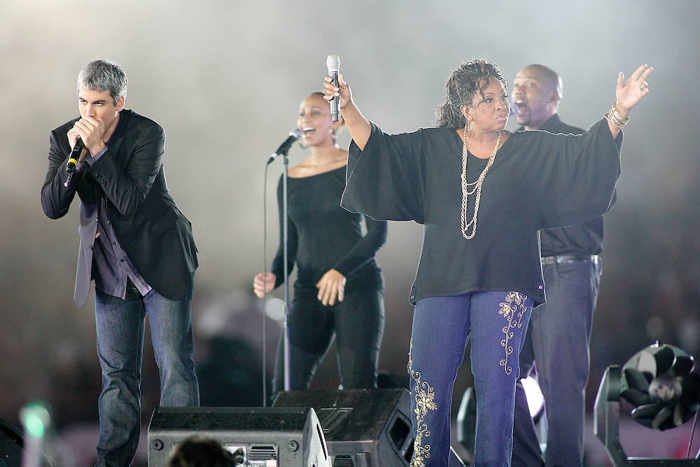 Taylor Hicks and Gladys Knight performs at halftime of the 2007 Orange Bowl game on January 2, 2007 at the Dolphin Stadium in Miami, Florida.