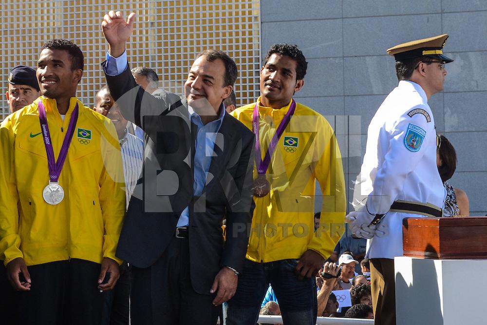 RIO DE JANEIRO, RJ, 15 AGOSTO 2012 - VISITA DA BANDEIRA OLIIMPICA AO COMPLEXO DO ALEMAO- O Governador Sergio Cabral e os irmaos Falcao, medalhistas olimpicos na cerimonia de visitacao da Bandeira Olimpica no Complexo do Alemao em Bonsucesso zona nortedo Rio de Janeiro.(FOTO:MARCELO FONSECA / BRAZIL PHOTO PRESS).