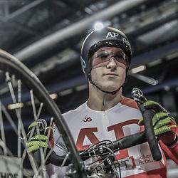 16-12-2016: Wielrennen: NK baanwielrennen: Apeldoorn   <br />Jeffrey Hoogland pakt de titel op de sprint