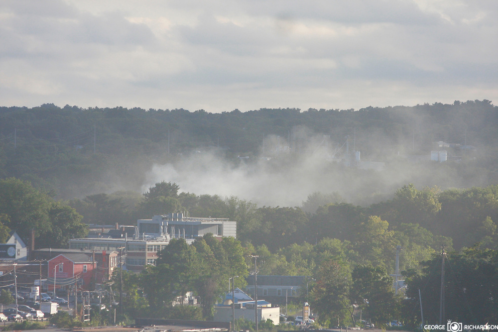 13/09/2018, Lawrence, Massachussets. A gray smoke column rinses from behind the Halloween Palace (Orange building - left.                    Several fires spin out of control after many reported smell gas and gas leaks. People seems shaked. Hundres spend the nights in shelters. Some made frenetical calls to families and friends. The sirens from first responder comes in all direction.                    Some parents we follow rush from work to pick up kids to safer place. Some kids look scare; others cry, a still other play online games.                               Español                                                    Multiples columnas de humo cubre el cielo de Lawrence. Los fuegos se inicieron en lugares con un fuerte olor a gas liguado, confirmado por el departamento de bomberos. Photo:©George Richardson/ Cinefoto. All right register