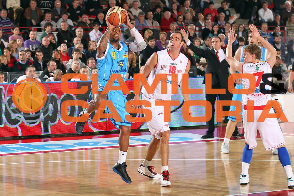 DESCRIZIONE : Varese Lega A 2010-11 Cimberio Varese Vanoli Braga Cremona<br /> GIOCATORE : Earl Jerrod Rowland<br /> SQUADRA : Vanoli Braga Cremona<br /> EVENTO : Campionato Lega A 2010-2011<br /> GARA : Cimberio Varese Vanoli Braga Cremona<br /> DATA : 06/03/2011<br /> CATEGORIA : Tiro<br /> SPORT : Pallacanestro<br /> AUTORE : Agenzia Ciamillo-Castoria/G.Cottini<br /> Galleria : Lega Basket A 2010-2011<br /> Fotonotizia : Varese Lega A 2010-11 Cimberio Varese Vanoli Braga Cremona<br /> Predefinita :