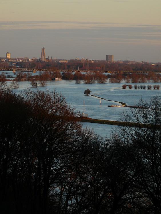 EN&gt; A swollen Rhine river flowing over its banks on the outskirts of Arnhen |<br /> SP&gt; Un crecido r&iacute;o Rin fluye fuera de su cauce en las afueras de Arnhem