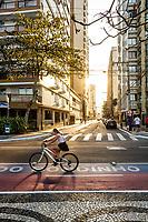Ciclovia na Avenida Atlântica, que acompanha a orla da Praia Central, e Rua 1901 à frente. Balneário Camboriú, Santa Catarina, Brasil. / Bicycle lane at Atlantica Avenue, at Central Beach, and 1901 Street ahead. Balneario Camboriu, Santa Catarina, Brazil.
