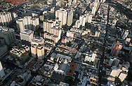 Vista desde el cielo del centro de la ciudad. Se observa una combinación de edificios y pequeñas casas. Se puede divisar el techo de una iglesia y un tráfico moderado a sus alrededores. Caracas,  19 - 09 - 2005 (Ramón Lepage / Orinoquiaphoto)  )   Aerial view the city of Caracas. The city with its Modern arquitecture, Highways and contrast between the rich and poor neighborhoods is surrounded by the Avila National Park and many hills around the valley where the shanty Towns or ´´barrios¨ have grown to become one the largest in Latin America.  (Ramón Lepage / Orinoquiaphoto)